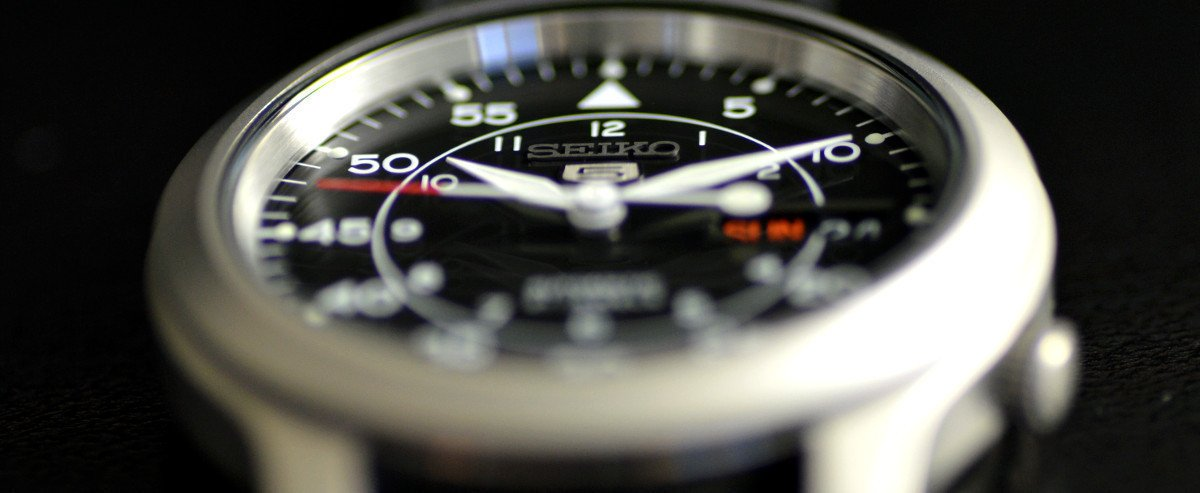 seiko-snk809-face-angle-macro.jpg
