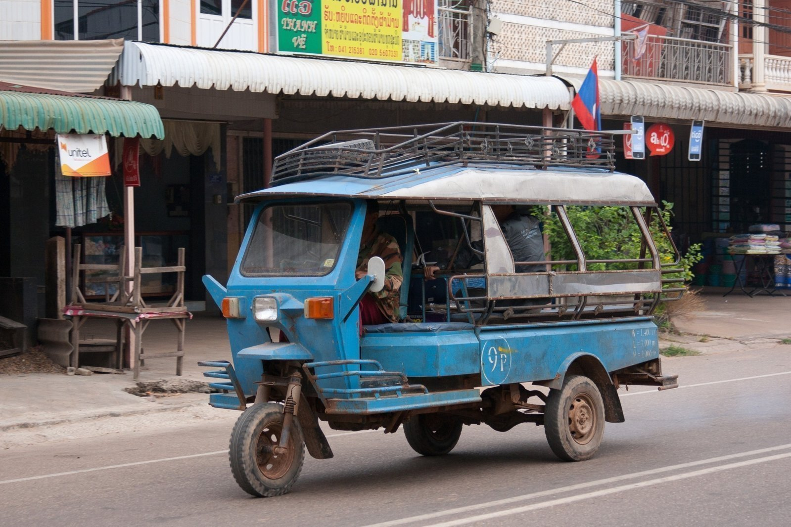 Tuk-tuk_in_Savannakhet_01.jpg